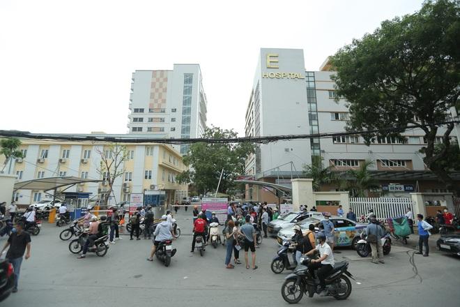 Hà Nội: Biển người chen chân đến Bệnh viện E chờ tiêm phòng vắc xin Covid-19 - ảnh 1