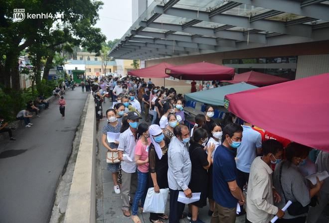 Hà Nội: Biển người chen chân đến Bệnh viện E chờ tiêm phòng vắc xin Covid-19 - ảnh 6