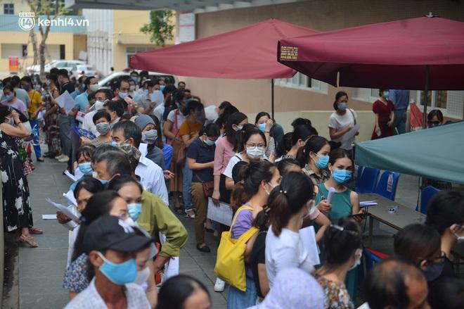 Hà Nội: Biển người chen chân đến Bệnh viện E chờ tiêm phòng vắc xin Covid-19 - ảnh 4