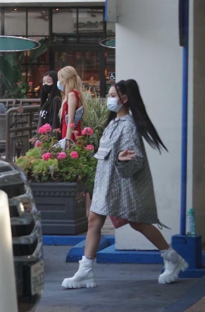 Team qua đường tóm gọn BLACKPINK hẹn hò hot TikToker ở Mỹ, Rosé diện đầm đỏ khoe body căng đét đánh bật thánh body Jennie - ảnh 1