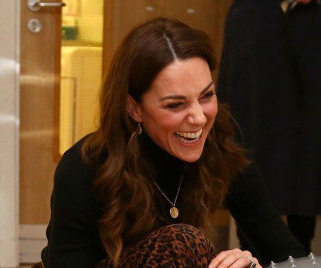 Công nương Kate luôn đeo 1 chiếc dây chuyền siêu giản dị, ý nghĩa đằng sau khiến ai nấy xúc động - ảnh 2
