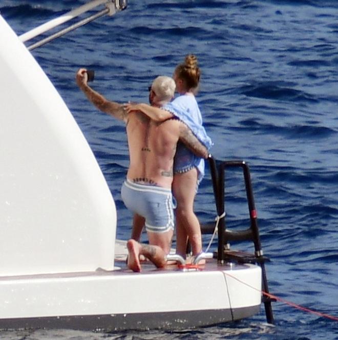 Bố con Beckham đi du thuyền vi vu nước Ý: Harper phổng phao, Cruz tóc hồng chói nhưng vẫn chịu thua ông bố David mlem - ảnh 3