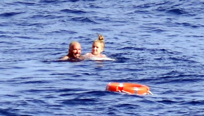 Bố con Beckham đi du thuyền vi vu nước Ý: Harper phổng phao, Cruz tóc hồng chói nhưng vẫn chịu thua ông bố David mlem - ảnh 4