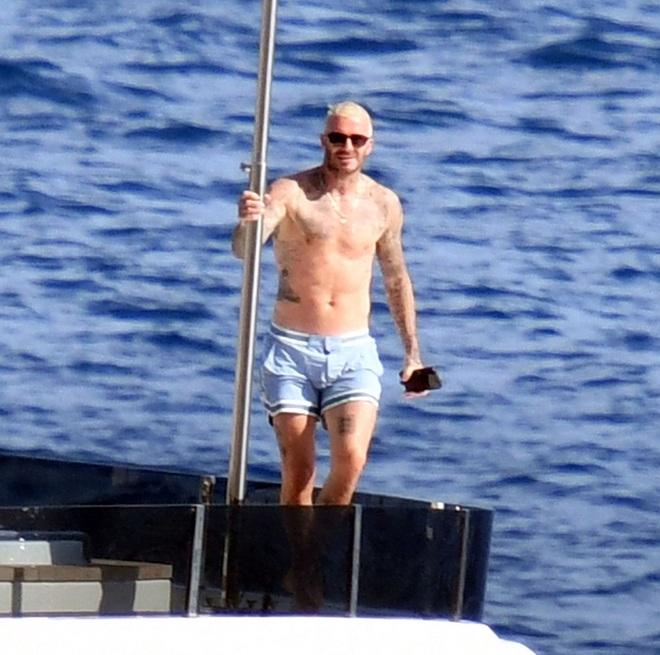 Bố con Beckham đi du thuyền vi vu nước Ý: Harper phổng phao, Cruz tóc hồng chói nhưng vẫn chịu thua ông bố David mlem - ảnh 1