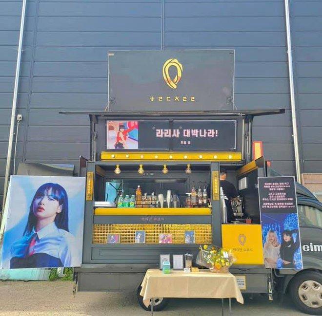 Rosé gửi xe tải cà phê đến phim trường quay MV solo của Lisa, BLINK đếm ngược ngày idol debut đi là vừa! - ảnh 1