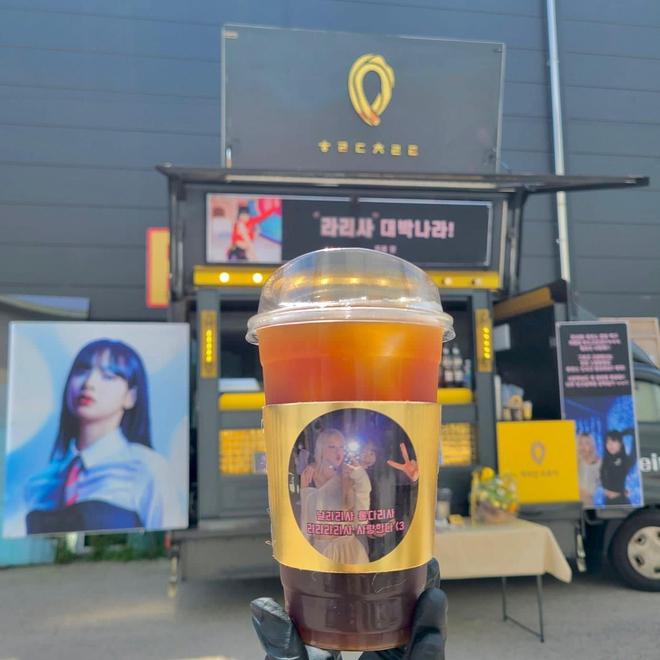 Rosé gửi xe tải cà phê đến phim trường quay MV solo của Lisa, BLINK đếm ngược ngày idol debut đi là vừa! - ảnh 2