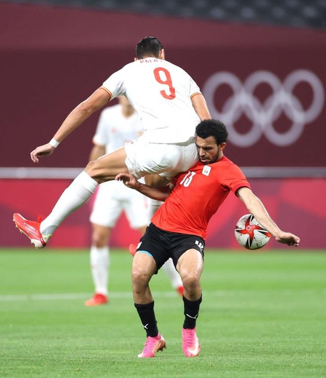 Rùng rợn: Cầu thủ Olympic Tây Ban Nha bẻ gập cổ chân sau tình huống vào bóng tai nạn - ảnh 11