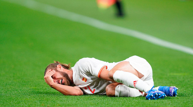 Rùng rợn: Cầu thủ Olympic Tây Ban Nha bẻ gập cổ chân sau tình huống vào bóng tai nạn - ảnh 12