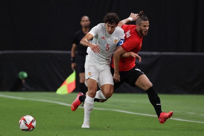 Rùng rợn: Cầu thủ Olympic Tây Ban Nha bẻ gập cổ chân sau tình huống vào bóng tai nạn - ảnh 7