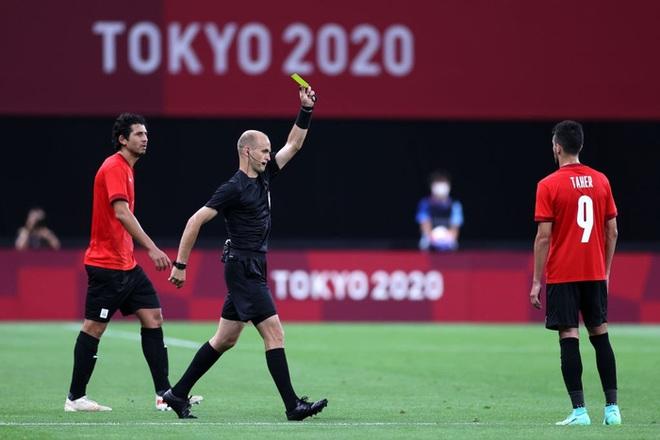 Rùng rợn: Cầu thủ Olympic Tây Ban Nha bẻ gập cổ chân sau tình huống vào bóng tai nạn - ảnh 8