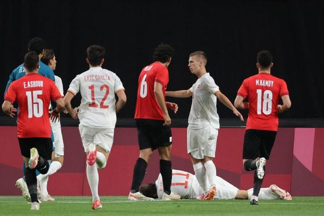 Rùng rợn: Cầu thủ Olympic Tây Ban Nha bẻ gập cổ chân sau tình huống vào bóng tai nạn - ảnh 10