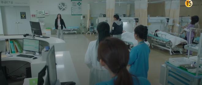 Preview Hospital Playlist 2 tập 7: Bệnh viện rơi vào rắc rối, nhà Gấu chuẩn bị thành đôi còn Song Hwa - Ik Jun hẹn hò? - ảnh 2