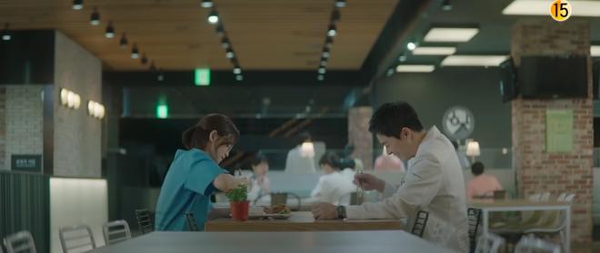 Preview Hospital Playlist 2 tập 7: Bệnh viện rơi vào rắc rối, nhà Gấu chuẩn bị thành đôi còn Song Hwa - Ik Jun hẹn hò? - ảnh 6