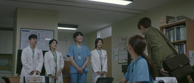 Hospital Playlist 2 tập 6: Hội F5 bóc phốt quá khứ đen tối, cặp đôi Vườn Đông chuẩn bị kết hôn? - ảnh 8
