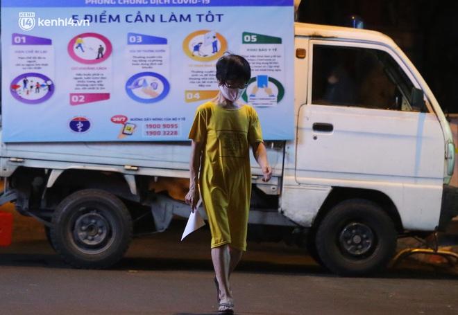 Hà Nội: Phong toả, lấy mẫu xét nghiệm xuyên đêm cho người dân sau 2 ca dương tính SARS-CoV-2 mới tại Tây Hồ - Ảnh 9.