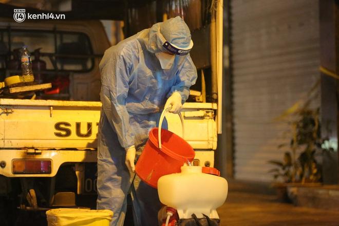 Hà Nội: Phong toả, lấy mẫu xét nghiệm xuyên đêm cho người dân sau 2 ca dương tính SARS-CoV-2 mới tại Tây Hồ - Ảnh 8.