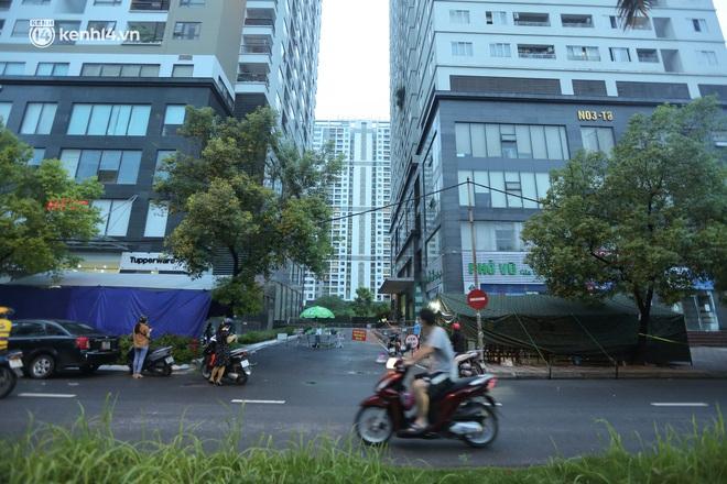 Ảnh: Dựng lều dã chiến, cách ly y tế chung cư ở Khu đô thị Ngoại giao đoàn - ảnh 1