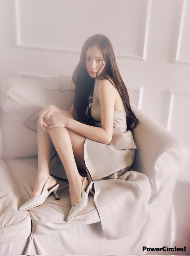 Chị em Jessica - Krystal lâu lắm mới đổ bộ tạp chí: Diện tông hắc hường khoe visual ngất lịm, mã gen này cần được duy trì! - ảnh 18