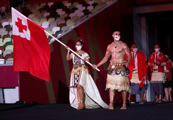 Nam thần xứ Tonga làm điên đảo mạng xã hội với màn cởi trần khoe body cơ bắp tại lễ khai mạc Olympic 2020 - ảnh 3