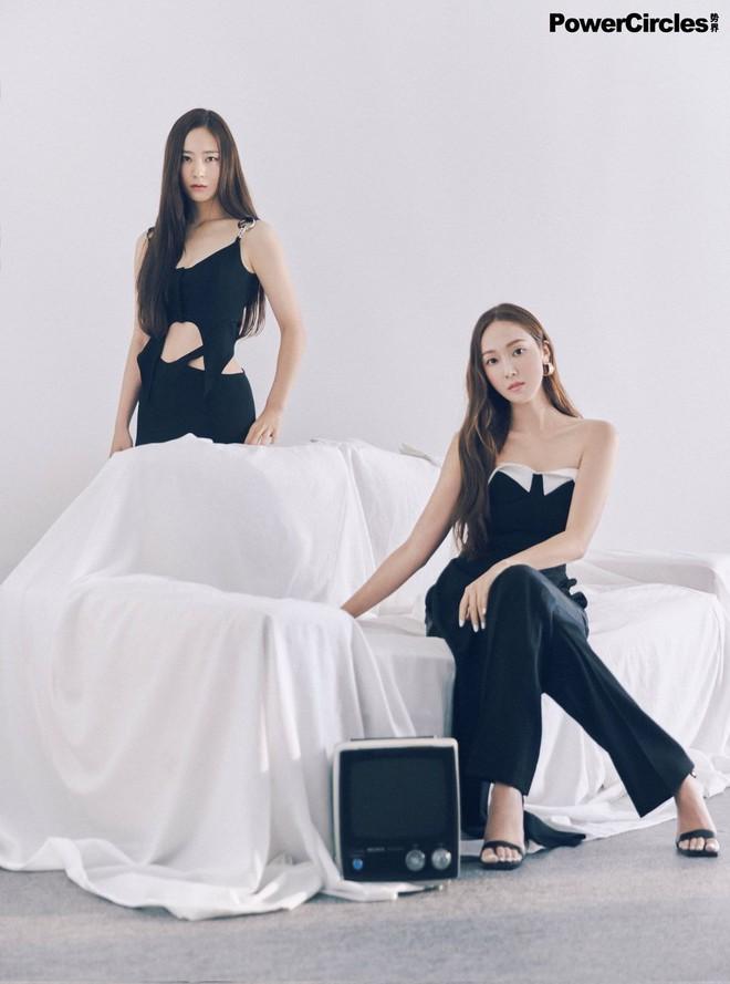 Chị em Jessica - Krystal lâu lắm mới đổ bộ tạp chí: Diện tông hắc hường khoe visual ngất lịm, mã gen này cần được duy trì! - ảnh 15