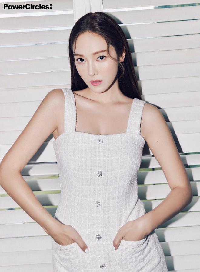Chị em Jessica - Krystal lâu lắm mới đổ bộ tạp chí: Diện tông hắc hường khoe visual ngất lịm, mã gen này cần được duy trì! - ảnh 16