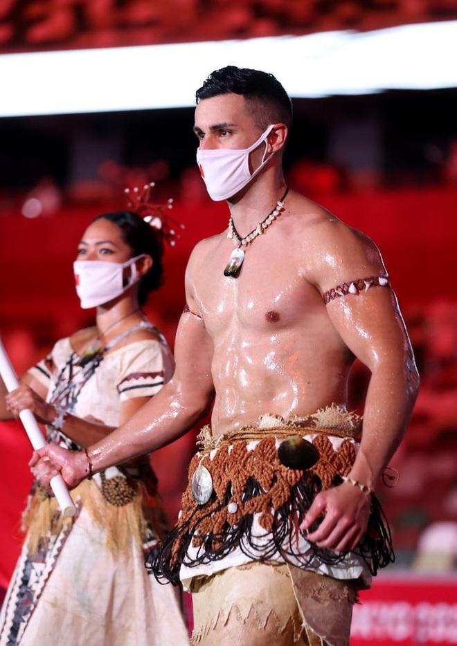 Nam thần xứ Tonga làm điên đảo mạng xã hội với màn cởi trần khoe body cơ bắp tại lễ khai mạc Olympic 2020 - ảnh 1