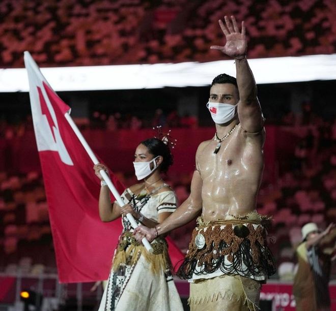 Nam thần xứ Tonga làm điên đảo mạng xã hội với màn cởi trần khoe body cơ bắp tại lễ khai mạc Olympic 2020 - ảnh 2
