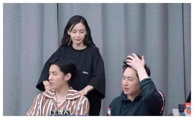 Netizen sởn gai ốc khi xem lại ánh nhìn như muốn nuốt trọn con gái nhà người ta của Ngô Diệc Phàm! - ảnh 4