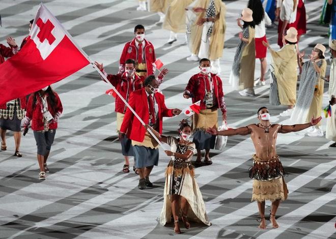 Nam thần xứ Tonga làm điên đảo mạng xã hội với màn cởi trần khoe body cơ bắp tại lễ khai mạc Olympic 2020 - ảnh 4