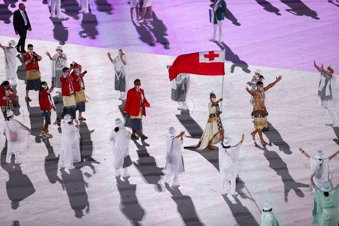 Nam thần xứ Tonga làm điên đảo mạng xã hội với màn cởi trần khoe body cơ bắp tại lễ khai mạc Olympic 2020 - ảnh 5
