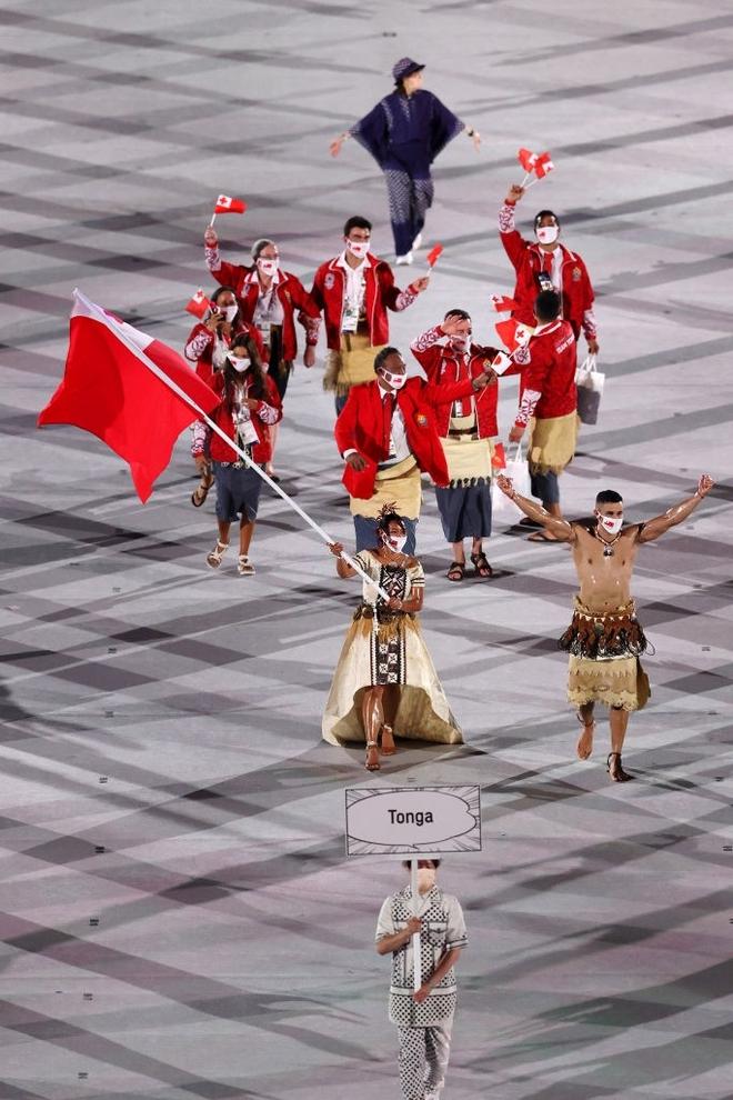 Nam thần xứ Tonga làm điên đảo mạng xã hội với màn cởi trần khoe body cơ bắp tại lễ khai mạc Olympic 2020 - ảnh 6