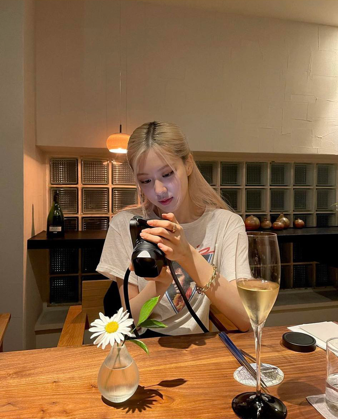 Rosé (BLACKPINK) khiến netizen ngã ngửa chỉ vì một chiếc máy ảnh - ảnh 5