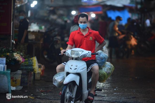 Ảnh: Từ sáng sớm, các khu chợ ở Hà Nội đã đông nghẹt người mua hàng - Ảnh 2.