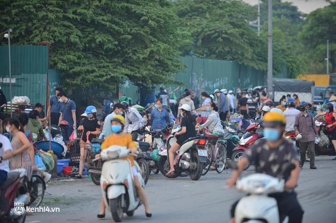 Ảnh: Từ sáng sớm, các khu chợ ở Hà Nội đã đông nghẹt người mua hàng - Ảnh 8.