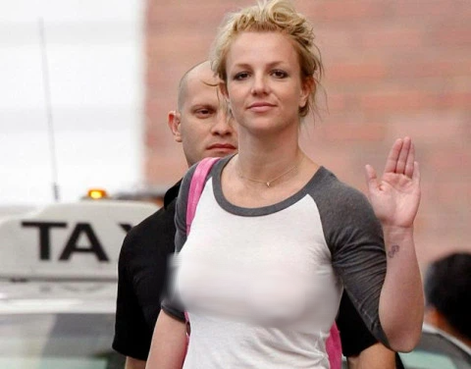 Britney Spears tung ảnh ngực trần với bàn tay hư, mốt no bra nay đã ở 1 tầm cao mới? - ảnh 5