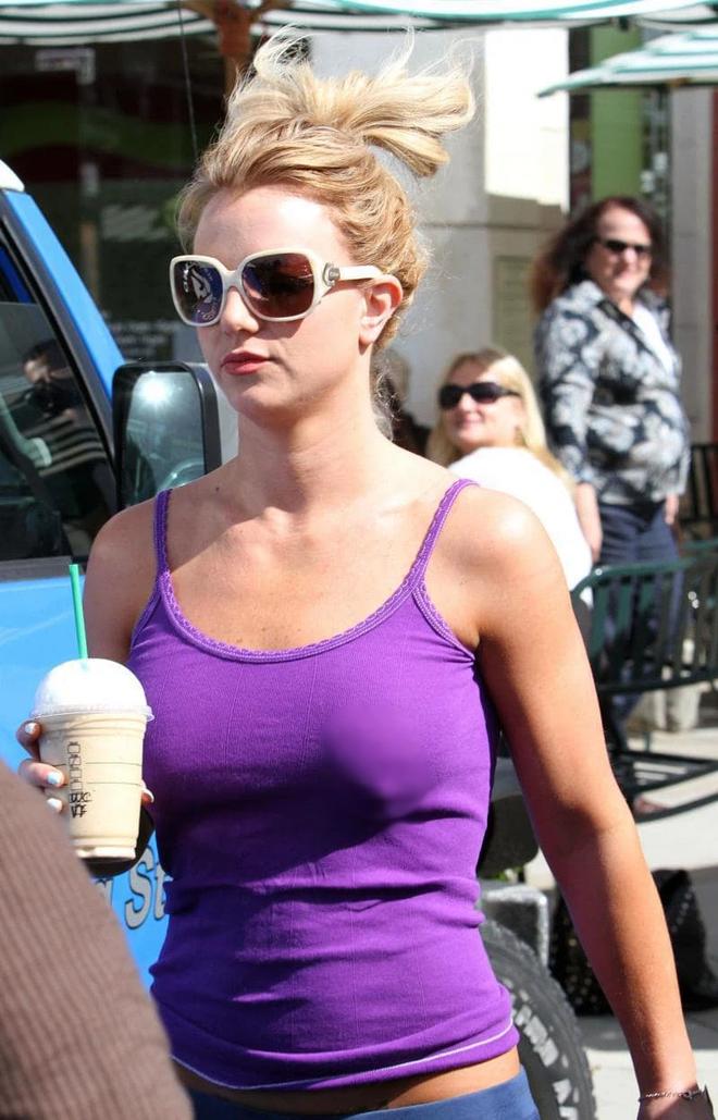 Britney Spears tung ảnh ngực trần với bàn tay hư, mốt no bra nay đã ở 1 tầm cao mới? - ảnh 4