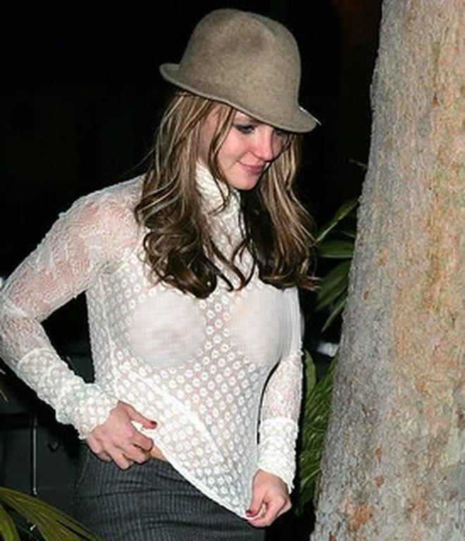 Britney Spears tung ảnh ngực trần với bàn tay hư, mốt no bra nay đã ở 1 tầm cao mới? - ảnh 2