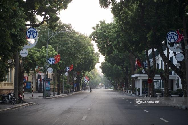 Hà Nội ngày đầu thực hiện giãn cách xã hội theo Chỉ thị 16: Đường phố vắng lặng, hàng quán đóng kín cửa im lìm - Ảnh 6.
