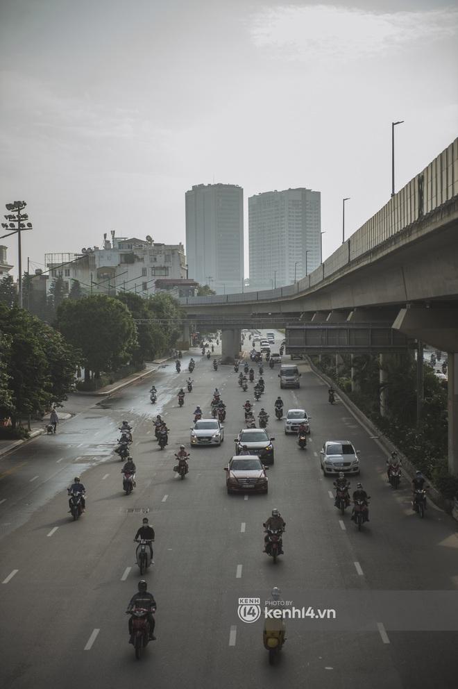 Hà Nội ngày đầu thực hiện giãn cách xã hội theo Chỉ thị 16: Đường phố vắng lặng, hàng quán đóng kín cửa im lìm - Ảnh 12.