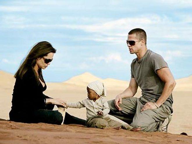 Bóc trần bí mật của Brad Pitt - Angelina Jolie: Dàn xếp paparazzi giả vờ chụp lén để tẩy trắng sau khi cắm sừng vợ cũ Jennifer - ảnh 1