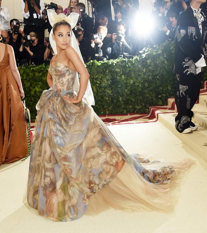 Ariana Grande và những outfit công chúa đỉnh của chóp, có set nhẩm tính sơ qua đã lên đến 243 tỷ đồng - ảnh 4