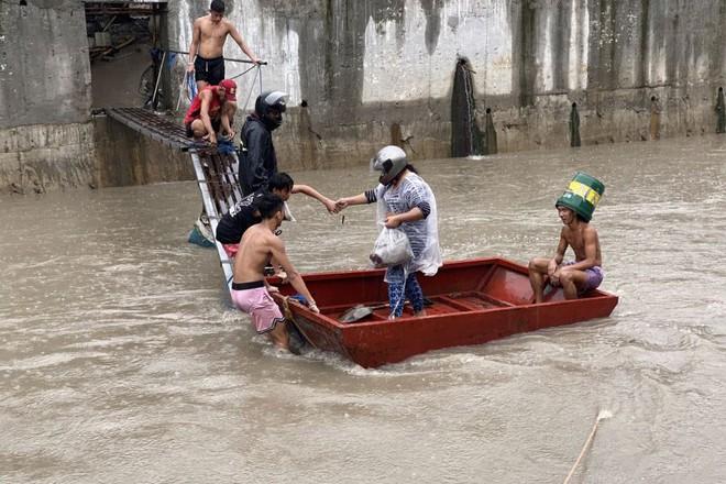 Sau Trung Quốc, đến lượt Philippines hứng chịu bão lũ tấn công: Cả vạn người sơ tán, nước lũ ngập tận nóc nhà - ảnh 1