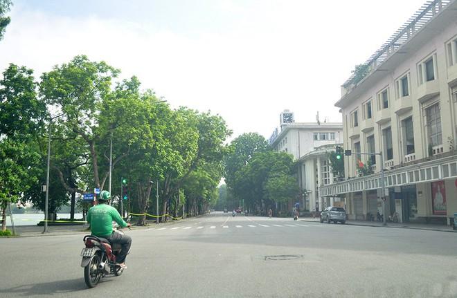 Diễn biến dịch ngày 24/7: 21 người dự một đám tang, tất cả dương tính hết; Hà Nội chính thức cấm xe mô tô công nghệ chở khách và giao hàng - Ảnh 1.