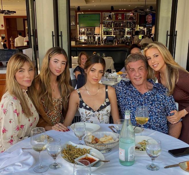 Không phải Kardashian, nhà tài tử Rambo mới là gia đình cực phẩm: Cả 3 ái nữ đều đẹp như Hoa hậu, mã gene báu vật là đây! - ảnh 29