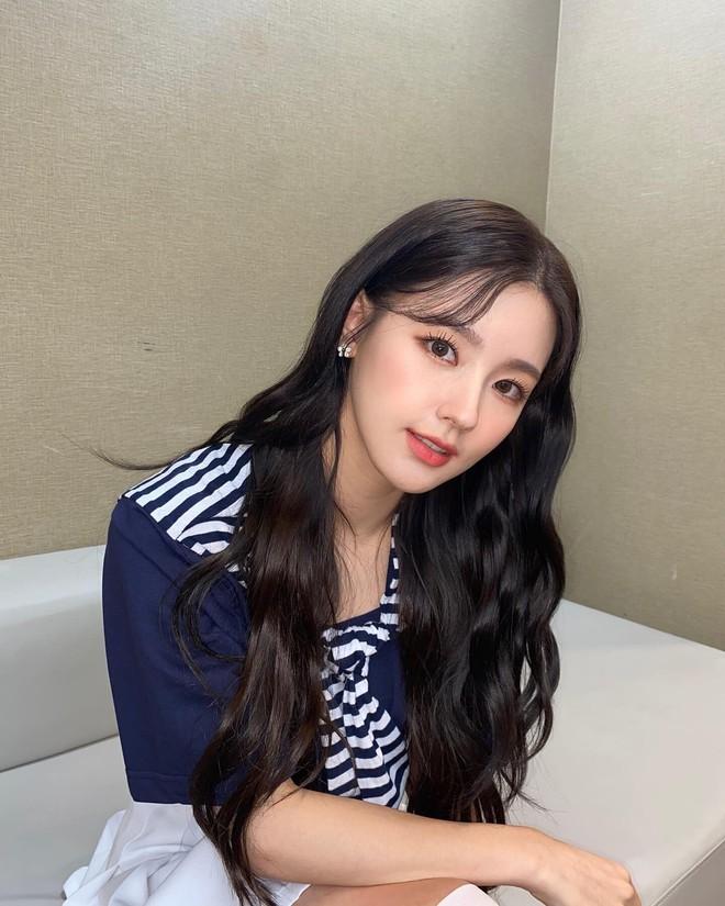 Từ câu chuyện của Miyeon ((G)I-DLE), ta sẽ rút ra bài học: Chưa cần thẩm mỹ, đổi style makeup là đã lột xác rồi - ảnh 7