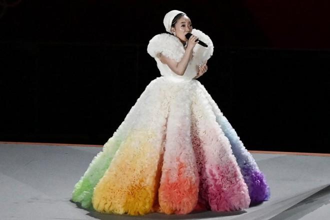 Khoảnh khắc kinh diễm: Lễ khai mạc Tokyo Olympic 2021 gọi tên ca sĩ Misia và chiếc váy bồng bềnh, mềm mại tựa như mây - ảnh 1
