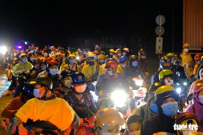 Diễn biến dịch ngày 25/7: Hà Nội thêm 24 người dương tính; Hàng ngàn người đổ về Tây Nguyên xuyên đêm, kéo dài cả 1km - Ảnh 1.