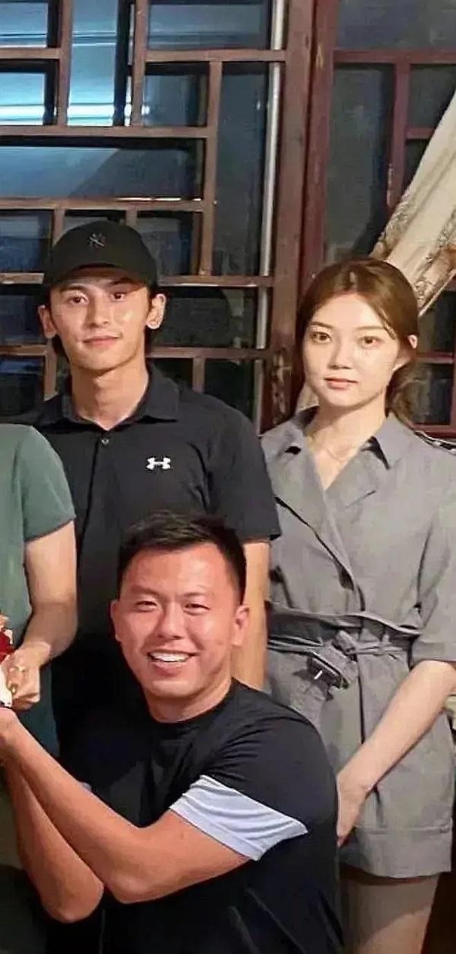 Mỹ nam Sơn Hà Lệnh lộ ảnh cầu hôn bạn gái 4 năm, động thái của nam thần Cung Tuấn mới khiến cả Cnet xôn xao - ảnh 5