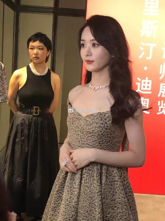 """Team qua đường """"bóc"""" nhan sắc Triệu Lệ Dĩnh sau 3 tháng ly hôn: Có da thịt là hấp dẫn hơn hẳn, visual thăng cấp vùn vụt - ảnh 1"""