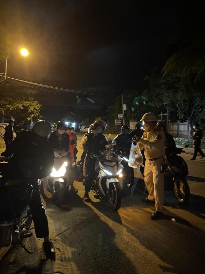 CSGT Đà Nẵng tiếp tục hộ tống hàng trăm người từ TP Hồ Chí Minh về quê bằng xe máy - ảnh 10